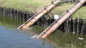 Wasser, das vom Rohr oder von der Entwässerung fließt stock footage