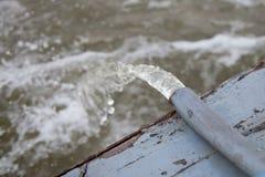 Wasser, das vom Stahlrohr fließt Stockfoto