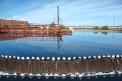 Wasser, das vom Umlaufspeicherbecken überläuft Lizenzfreies Stockbild