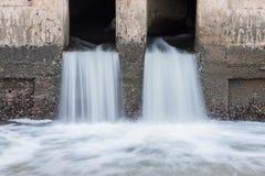 Wasser, das von Abfluss zu Fluss fließt Lizenzfreies Stockfoto