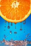 Wasser, das von der Orange fällt Stockbilder