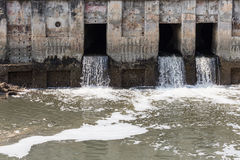 Wasser, das von einem Abflussrohr fließt Lizenzfreies Stockbild