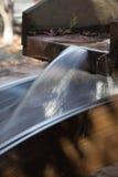 Wasser, das von einem Shute fließt Stockfotos