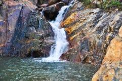 Wasser, das von einem Stein fällt Lizenzfreies Stockfoto