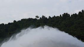 Wasser, das von enormer konkreter Verdammung Schleusentor Khun Dan Prakarn Chon in Thailand spritzt stock footage