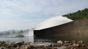 Wasser, das von enormer konkreter Verdammung Schleusentor Khun Dan Prakarn Chon in Thailand spritzt stock video footage