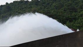 Wasser, das von enormer konkreter Verdammung Schleusentor Khun Dan Prakarn Chon in Thailand spritzt stock video