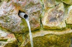 Wasser, das Wandhahn vom im Freien läuft Stockbild