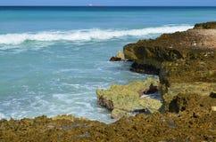 Wasser, das weg von gezackten Küsten-Lava Rock gießt stockbilder