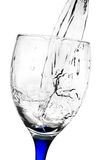 Wasser, das zu einem Cup fließt Lizenzfreie Stockbilder