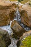 Wasser, das zwischen Felsen fließt Stockfotografie