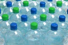 Wasser in den Flaschen stockfoto