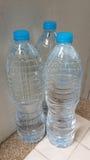 Wasser in den Flaschen Stockbilder