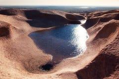 Wasser in den Wüstenbergen lizenzfreie stockbilder