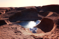Wasser in den Wüstenbergen lizenzfreie stockfotos