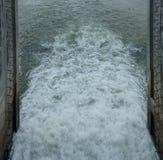 Wasser in der Verdammung Stockfotos