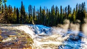 Wasser des Murtle-Flusses, wie er über die Spitze von Dawson Falls in Wells Gray Provincial Park stolpert stockfotografie