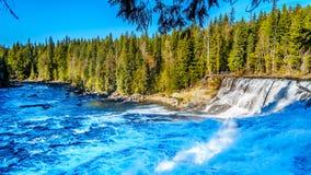 Wasser des Murtle-Flusses, wie er über die Spitze von Dawson Falls in Wells Gray Provincial Park stolpert lizenzfreie stockfotografie