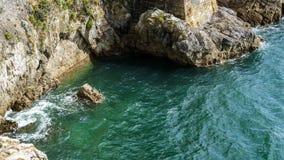 Wasser des Steinfelsens und des blauen Meeres, Ozean stockfoto
