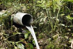 Wasser Die Flüssigkeit fließt vom Rohr Stockfotografie