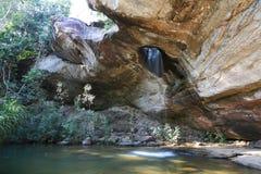 Wasser durch Gebirgsloch am Sangchan Wasserfall Stockbild