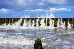 Wasser durchbohrt durch den Wellenbrecher stockbild