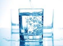 Wasser in einem Glas lizenzfreies stockfoto