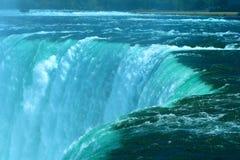 Wasser fällt Anstiege über dem Rand der Hufeisenfälle bei Niagara stockbilder