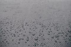 Wasser fällt auf Autokohlenstoff Dunkle Tapete lizenzfreie stockfotos