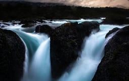 Wasser fällt in den Petrohue-Fluss Stockfotografie