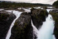 Wasser fällt in den Petrohue-Fluss Lizenzfreie Stockfotos