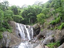 Wasser fällt in kumbaratty in Indien lizenzfreies stockfoto