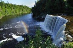 Wasser fällt mit Regenbogen lizenzfreies stockfoto