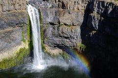 Wasser fällt mit Regenbogen Lizenzfreie Stockfotografie