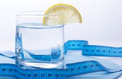 Wasser für gesunde Lebensdauer mit Zitrone Stockbilder