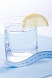 Wasser für gesunde Lebensdauer mit Zitrone Stockbild
