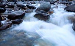 Wasser-Fall mit Felsen Stockfotos
