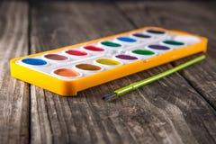Wasser-Farbfarben auf Weinlese-Holz Stockbilder