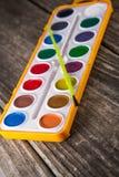 Wasser-Farbfarben auf Weinlese-Holz Lizenzfreie Stockfotos