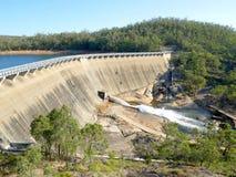 Wasser fließender Wellington Dam Lizenzfreie Stockfotos