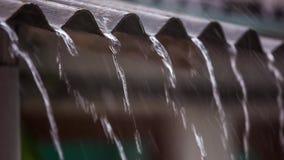 Wasser fließt die Dachdusche Langsame Bewegung stock footage