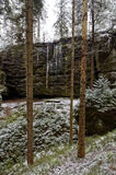 Wasser freezed auf dem Felsen Lizenzfreie Stockbilder
