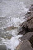 Wasser gegen Felsen Stockbild