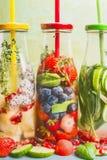 Wasser gewürzt mit bunten Früchten, Beeren und Kräutern Sommergetränke stockbild