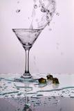 Wasser goß in das Cup Lizenzfreie Stockfotos