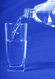 Wasser goß innen ein Glas Lizenzfreies Stockbild
