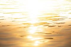 Wasser golden mit weißem leerem Raum auf die Oberseite für Hintergrund O stockbilder