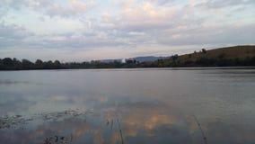 Wasser, Himmel und Hügel stockfoto
