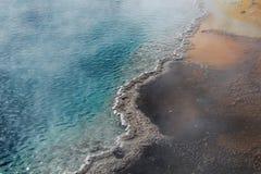 Wasser im gelben Stein Stockfotos