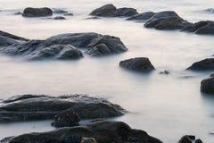 Wasser im Meer mit langem explosure Stockfoto